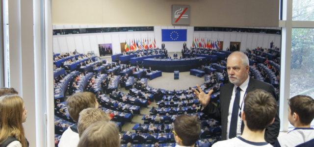 Jak działa Parlament Europejski? Jan Olbrycht rozmawia z uczniami zabrzańskiej szkoły